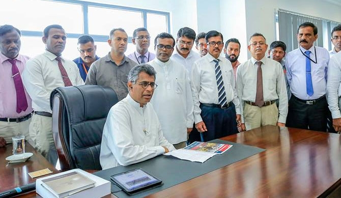 Champika resumes duties after UNP says they secured majority (Pics / Video)