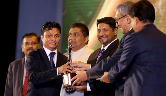 Sri Lanka Mirror Editor Kelum Shivantha accepting the award for the most commendable news web site, from Media Minister Ruwan Wijewardena.
