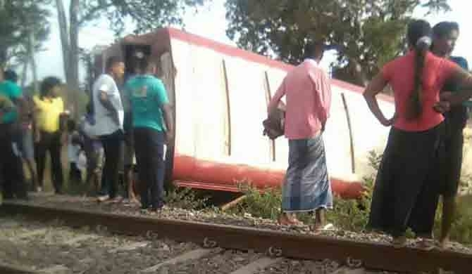 Bus collides with train, 12 injured (pics)