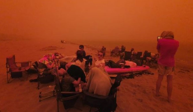4,000 people flee to beach as bushfire hits town