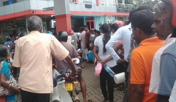 Cool drinks for those at petrol queue (Video)
