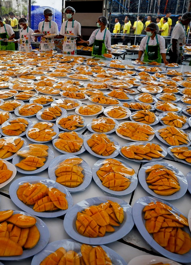 Plates with mango are prepared to be served to guests during the Guinness record attempt for the world's largest serving of mango sticky rice, in Bangkok, Jan 20, 2019. [Photo/IC]