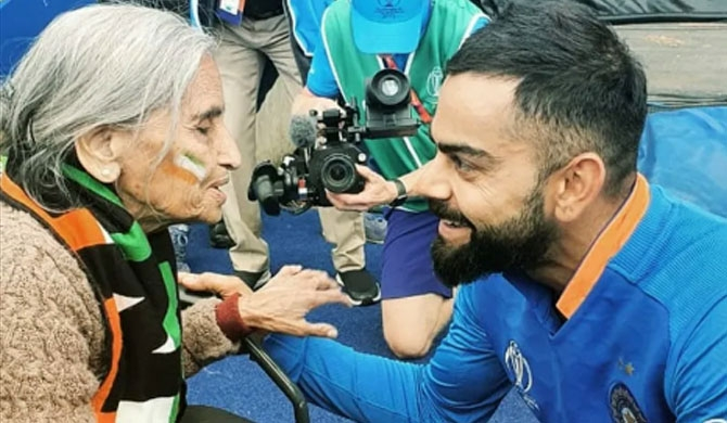 Kohli, Sharma gets blessings from 'special fan' (Video)