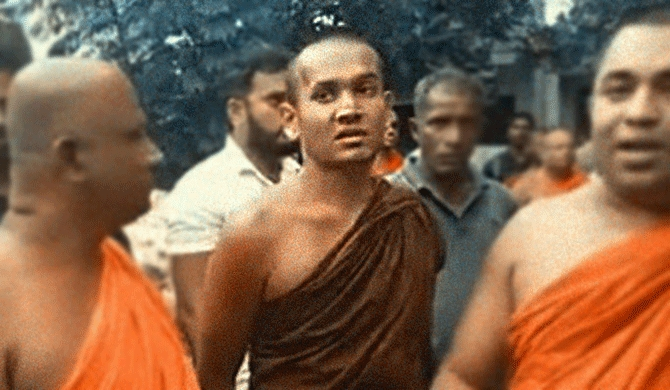 SL Buddhist monk rallies mob to burn UN safe house (Video)